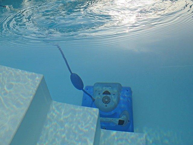 Faut-il choisir un robot de piscine électrique ou hydraulique