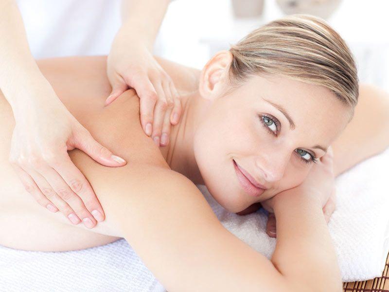 Il est important de boire de l'eau après une séance de massage. Elle hydrate les muscles et aide à lutter la sensation de malaise ressentie après la séance.